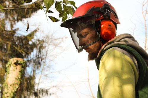 Artur Socher mit Helm und Gesichtsschutz