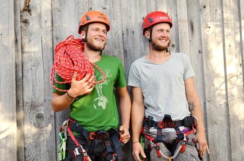 Aaron und Artur lachen in voller Baumpflege-Montur