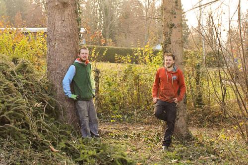 Aaron und Artur stehen vor zwei Bäumen